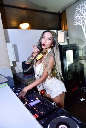 DJ Leng Yein at SkyBar Traders Hotel Kuala Lumpur (7)
