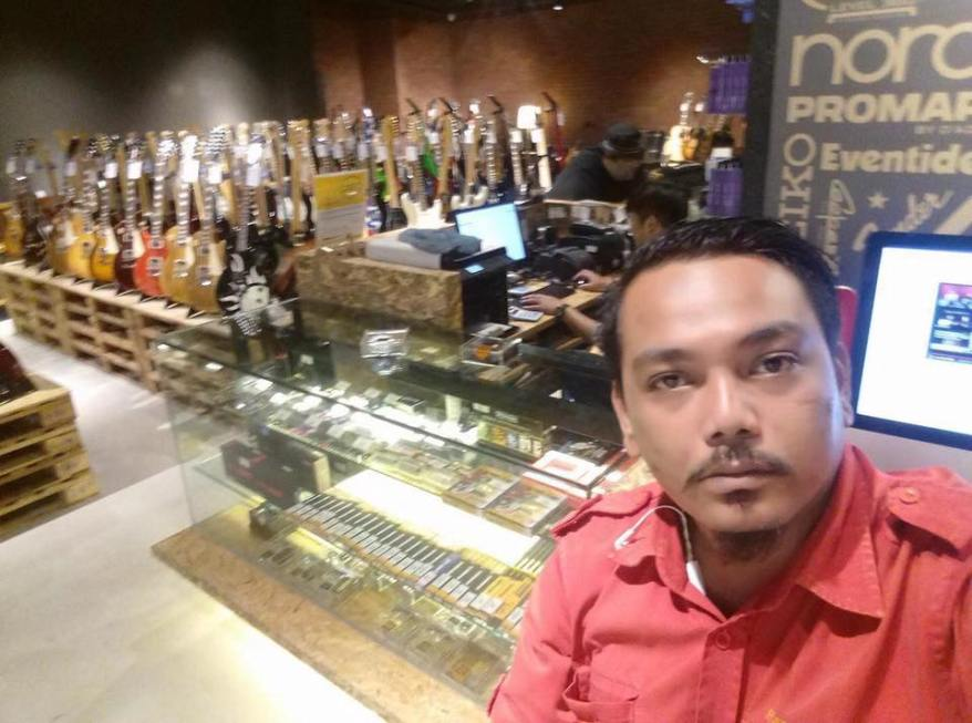 Malay racist who harassed a beer promoter Giant Malaysia